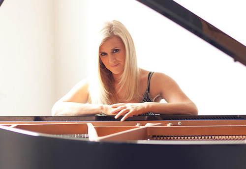 Angie Dean - Piano Vocalist2 500x344